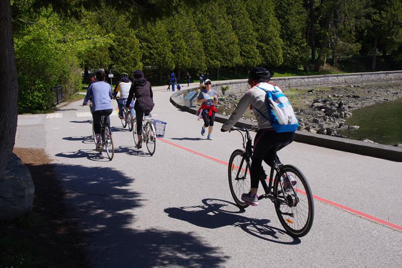 自転車やランニングを楽しむ人々