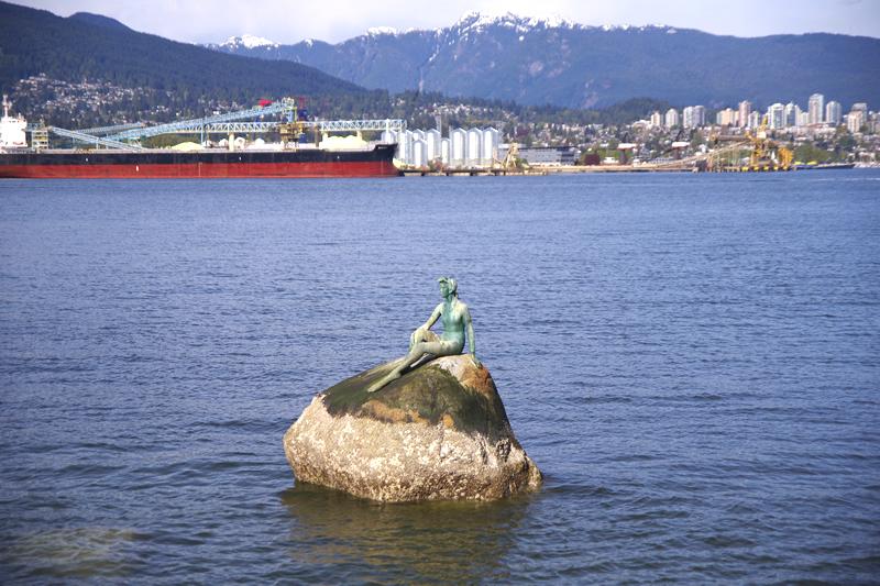 人魚の像 Girl In Wetsuit